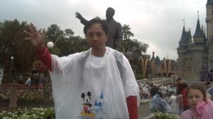 Di depan patung Walt Disney dan Mickey Mouse. Animator jenius nan visioner.