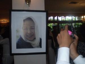 Foto Ainun saat pemakaman. Dokter yang mendampingi pembuat pesawat.