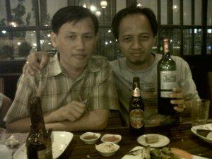 Bersama Long Heng, kawan baru dari Kamboja. Berkenalan dengan bir lokal.