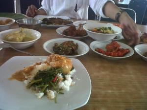 Menu rumah makan Padang. Salah satu keahlian berdagang: industri kuliner.