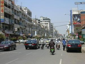 Jalanan kota Phnom Penh. Bangunan tua tapi dicat bersih.
