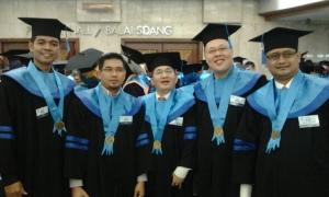 Gun Sukirman (paling kiri). Tenaga keamanan KG bergelar master.