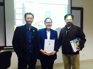 Usai sidang magang bersama Caroline Samosir (tengah) dan Ambang Priyonggo. Setahap ke dunia kerja.