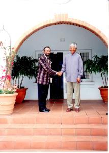 Lopes Da Cruz (kiri) bertemu Mandela di Afsel, 17 tahun silam. Batiknya masih awet.