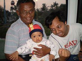 Papa (kiri) bersama Einzel kecil, 2008. Di atas gondola Ancol.
