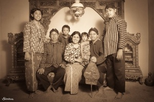 Bersama keluarga besar Heru Widayat. Jogja banget.