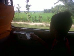 Einzel menikmati perjalanan KA Sancaka Yogya-Surabaya. Nyaman bepergian dengan kereta.