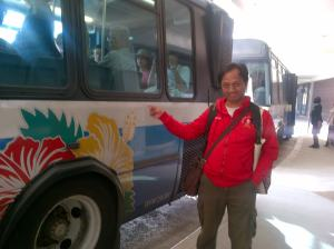 Naik Wiki Wiki, shuttle bus di bandara Honolulu. Pintu gerbang AS di Kepulauan Hawaii.