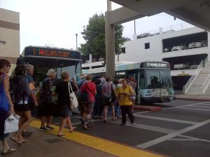 Antrean bus di pusat pemberangkatan mall Queen Ka'ahumanu. Persis seperti jadwal.