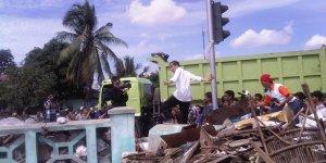 Jokowi dalam blusukan. Merasakan langsung penderitaan.