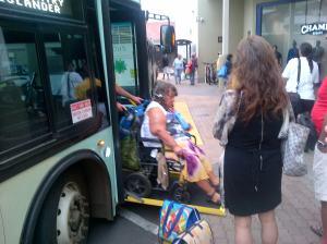 Bus Hawaii sahabat difabel. Pintunya harus bisa dibuka miring sebagai jalan kursi roda.