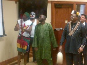 Afrika nan penuh pesona. Selalu gembira dalam nyanyinya.