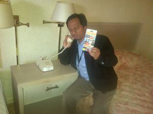 Di kamar penginapan. Sempatkan telepon menembus belasan ribu mil.