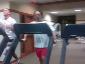 Berjalan di atas treadmill. Ditemani kolega dari Brasil.