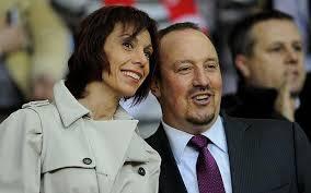 Benitez dan Maria, pasangan hidupnya. Nonton bola bareng.