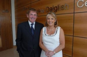 Kenny Dalglish bersama Marina, isterinya. Menjadi aktivis lembaga sosial anti kanker.