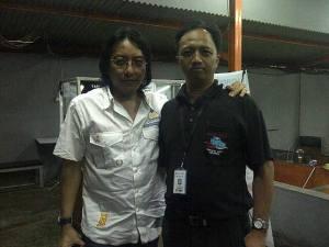 Ngopi di warung bersama idola masa kecil, Adi Adrian KLa Project. Menunggu waktu on-air tiba.