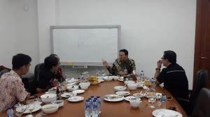 Makan siang bersama Ahok. Membicarakan Jakarta tanpa terekam.