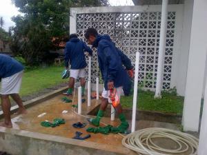 Pemain timnas U-23 mencuci sepatu usai latih tanding. Bangkit atau jalan di tempat?