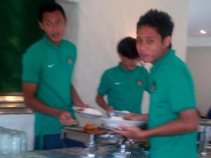 Evan Dimas (kanan) dkk usai latihan di Sawangan. Harapan prestasi 2015.
