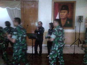 Prajurit Komando bersama pimpinan Transmedia & CNN Indonesia. Nyanyi dan joget bersama.