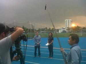 Sofie Syarief produser KompasTV menjelang live bersama Tim Carr, Kepala Sekolah JIS. Eksklusif dari dalam sekolah megah.