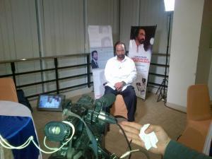 Surya Paloh dalam persiapan wawancara live Kompas Petang bulan lalu. Menghadapi narasumber berkharisma.