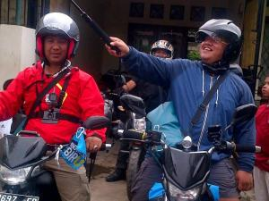 Ucok dan Dandhy meninggalkan markas Watchdoc. Mengitari Indonesia dalam satu tahun.