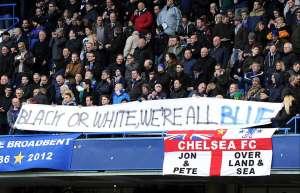 Suporter Chelsea mengibarkan banner anti rasis di Stamford Bridge. Semua manusia adalah sama.