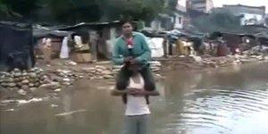 Masuk ke kedalaman air saat banjir. Jangan hanya demi 'trend'.
