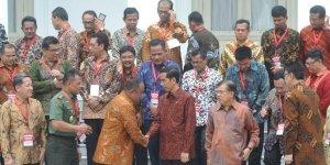 Letjen TNI (Purn) Marciano Norman bersalaman dengan Presiden Jokowi. Masih Kepala BIN, melewati durasi Sutanto.