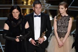 Lindsay Mills (kanan) turut dalam penghargaan Oscar untuk film dokumenter Ed Snowden. Membongkar praktik penyadapan.