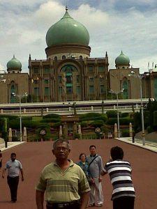 Di depan Putra Mosque, Putrajaya, Malaysia. Backpacker bersama Dini, 2012. (Foto dari Facebook Dini Novita)