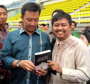 Oryza memberikan hadiah buku ke Menpora Imam Nahrawi. Harapan sepakbola Indonesia.