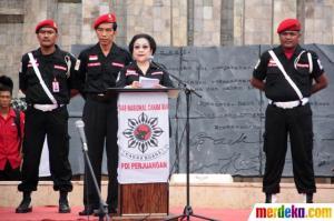 Jokowi saat mendampingi Mega di Apel Hari Pancasila. Petugas partai. (Foto: Merdeka.com)