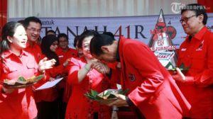 Jokowi mencium tangan Megawati di acara partai.  Komunikasi terhambat.