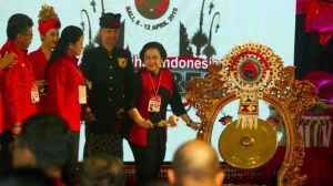 Pemukulan gong pembukaan Kongres IV PDI Perjuangan. Tanpa Jokowi di panggung. (Foto: Suara.com)