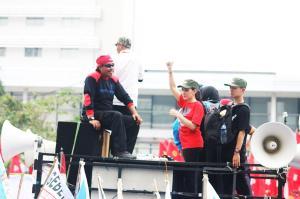Ada Rieke Diah Pitaloka, anggota DPR, di tengah peserta aksi. Tak hanya nonton di tv.