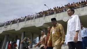 Presiden Joko Widodo didampingi Bupati Aceh Barat Alaidinsyah (kiri) mengunjungi Kampung Nelayan Desa Kuala Bubun, Aceh Barat, Aceh, 16 Juli 2015.  Photo ANTARA FOTO by Tempo.co