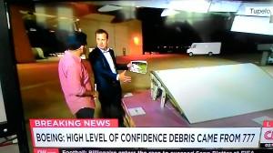 Breaking News CNN. Menunjukkan foto serpihan dan barang riil serupa.
