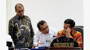 Presiden Joko Widodo berbincang dengan Menteri Sekretaris Negara Pratikno (tengah) dan Sekretaris Kabinet Andi Widjajanto (kiri). Kawan bicara di Ring 1. Foto Kompas, Wisnu Widiantoro.
