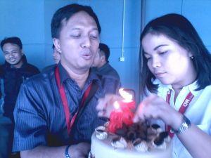 Meniup kue ulang tahun ke-38 di CNN Indonesia. Mensyukuri setiap nikmat.