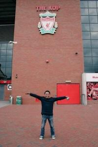 Kelmi di Anfield, Liverpool. Jalan-jalan hadiah juara lomba penulisan musik. (Foto dari Adib Hidayat).