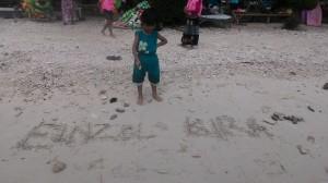 Einzel Kira dan coretan pasir putihnya. Cukup bersih sebagai sebuath tempat wisata.