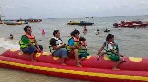 Banana boat di Pulau Untung Jawa. Berani menantang ombak.
