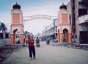 Menulis di Banda Aceh. Meliput tsunami sebagai koresponden Tempo.