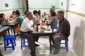 Obama bersama Bourdain di Hanoi. Nongkrong ala penikmat perjalanan.